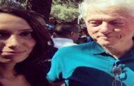 بيل كلينتون ينظر الى ثدي امرأة سمراء