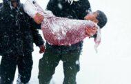 بالصور: أب يحمل جثة طفله الذي مات من البرد