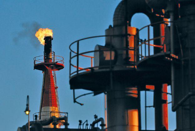 النفط يواصل هبوطه لليوم الثالث بسبب زيادة العرض