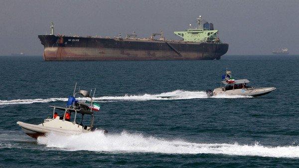 إيران تحتجز سفينة أميركية بعد اطلاق النار عليها