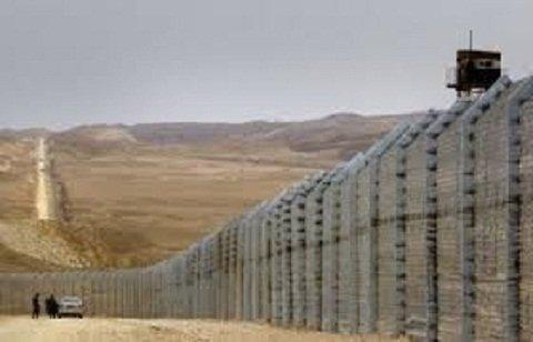 حائط مكهرب تبنيه الجزائر على حدودها مع ليبيا