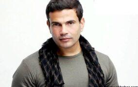 بالصور.. قميص عمرو دياب يسبب له الانتقادات