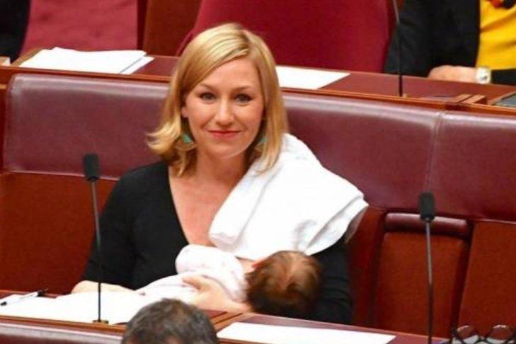أول نائبة في أستراليا ترضع طفلها في البرلمان