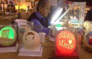 عصام الحسيني يبهر الجمهور بمنحوتاته بالحفر على بيض النعام