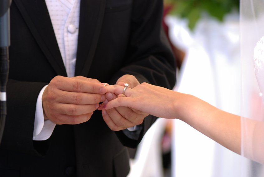 زفاف والد وأبنائه في نفس الوقت..اليكم التفاصيل