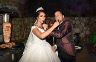 عروسان يستبدلان كعكة الزفاف التقليدية بالشاورما