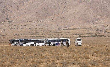قوافل داعش الهاربين من لبنان عالقة في الصحراء وسط الحرّ