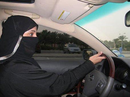 الشعب السعودي يواجه الملك بعد سماحه بقيادة المرأة