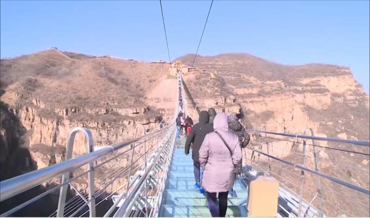 افتتاح أطول وأعلى جسر زجاجي بالعالم في الصين
