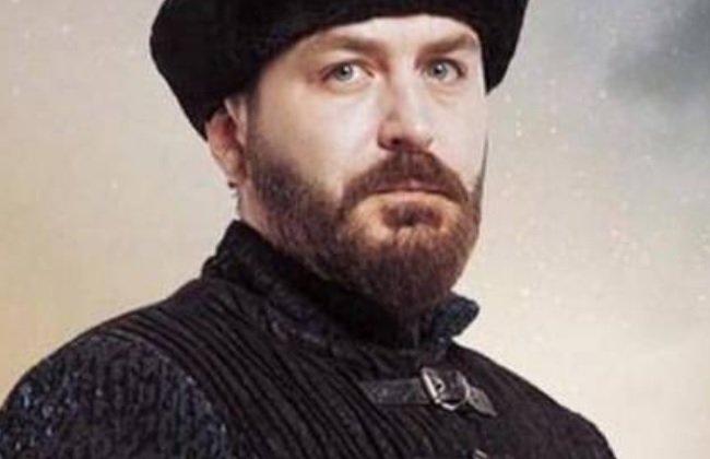 وفاة الممثل التركي أردا أوزيري بطل قيامة أرطغرل