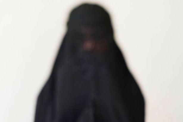 فيديو #اب_يعنف_زوجته_وبناته بالسعودية ينتهي بالتوصل للحالة