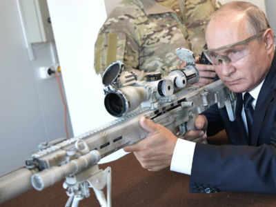 بالصور بوتين يختبر أجدد بندقية كلاشنيكوف